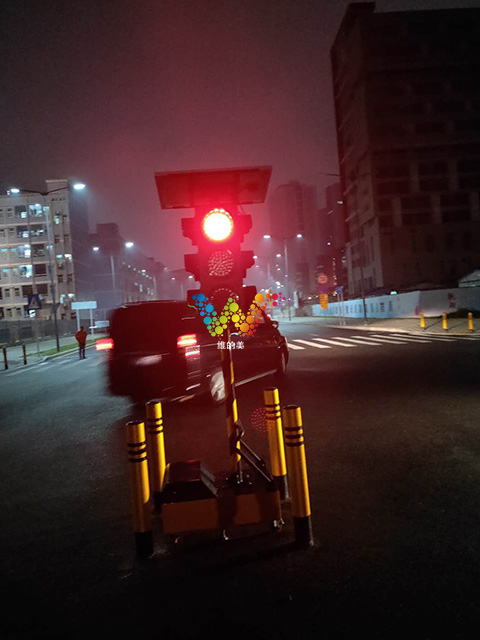 大轮子移动红绿灯